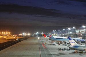 Frankfurt Airport by night - Flughafen-Rundfahrt durch das abendliche Lichtermeer